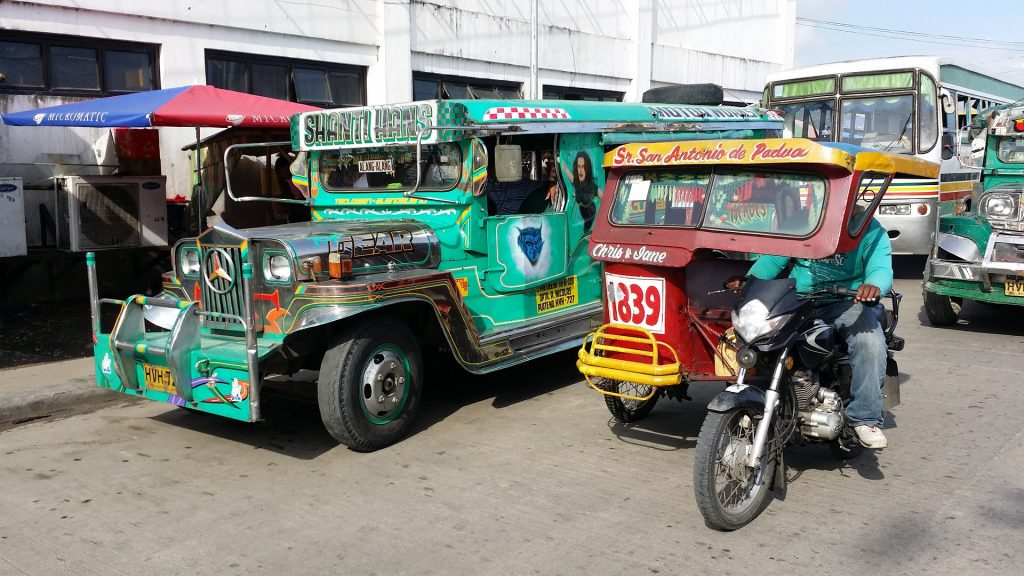 jeepney und tricycle als transportmittel auf den philippinen