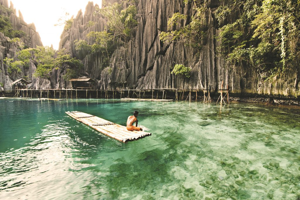 Bambusfloss in der Twin Lagoon in Coron - Philippine DOT - ©Christian_Sangoyo